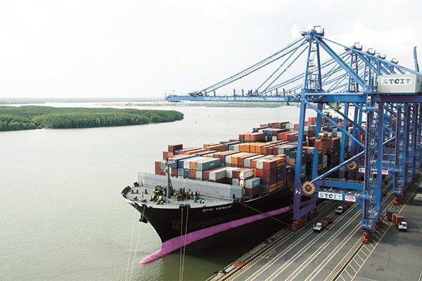 Một tàu nước ngoài bốc dỡ hàng tại cảng Tân Cảng - Cái Mép. Ảnh: Lê Anh